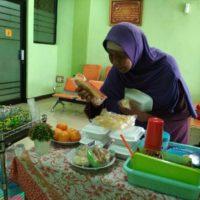 LPM Dompet Dhuafa Bagikan Makanan Bergizi untuk Memuliakan Mustahik Saat Menunggu Pelayanan